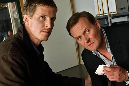 Mads Schwartz (Golo Euler, l) und sein Bruder Andi Schwartz (Devid Striesow) treffen bei ihren privaten Ermittlungen auf eine kriminelle Bande. Foto: Hardy Spitz/ZDF/dpa