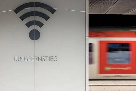 Eine S-Bahn in Hamburg: Reisende im Fernverkehr sollen bei ihrer Ankunft am Bahnhof bald nicht extra in ein neues Netz einwählen müssen. Foto: Daniel Bockwoldt/dpa