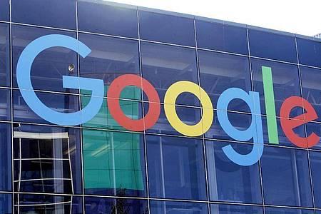 Das Logo von Google an der Fassade des Hauptsitzes des Mutterkonzerns Alphabet in Mountain View. Foto: Jeff Chiu/AP/dpa