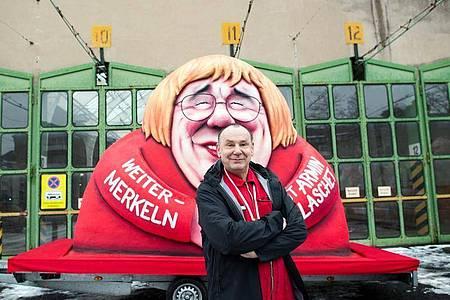 «Armin Merkel»:Jacques Tilly vor einem seiner Motto-Wagen. Foto: Federico Gambarini/dpa