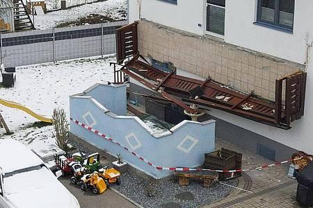 Ein abgestürzter Balkon hängt senkrecht an einer Hauswand. Drei Frauen und ein Kleinkind sind dreieinhalb Meter abgestürzt. Foto: Fotokerschi.At/Werner Kerschbaum/APA/dpa