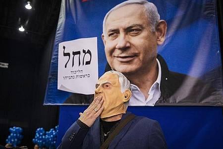 Ein Anhänger der Likud-Partei feiert die ersten Hochrechnungen. Foto: Ilia Yefimovich/dpa