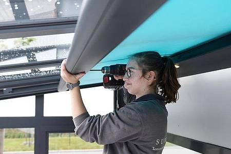 Kleine Reparturen selbstständig durchzuführen, macht Laura Walig bislang am meisten Spaß. Foto: Tobias Hase/dpa-tmn