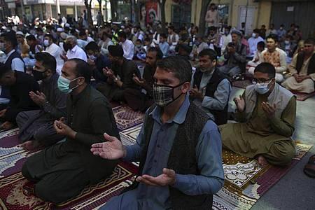 Männer beten am Fest des Fastenbrechens Eid-al Fitr vor einer Moschee in Kabul. Foto: Rahmat Gul/AP/dpa