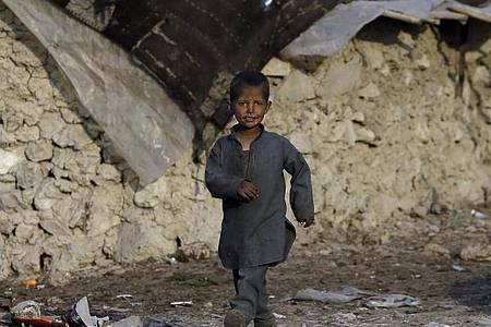 Viele Flüchtlinge in Afghanistan haben kein festes Dach über dem Kopf, sondern leben in behelfsmäßigen Zelten. (Archivbild). Foto: Mariam Zuhaib/AP/dpa