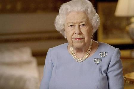Die britische Königin Elizabeth II. (94) hat am Freitagabend mit einer im Fernsehen und per Internet verbreiteten Ansprache an das Ende des Zweiten Weltkriegs erinnert. Foto: Uncredited/Buckingham Palace/dpa