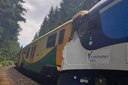 Die beiden Züge stehen nach der Kollision ineinander verkeilt auf dem Gleis. Foto: Uncredited/Czech Republic Police/AP/dpa