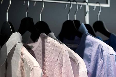 Hängen Blusen an der Stange, hat man leichter einen Überblick. Foto: Alexander Heinl/dpa-tmn