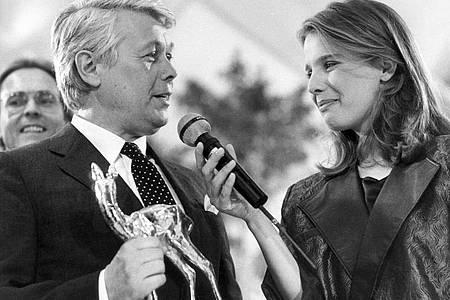 Preisträger Peter Weck wird während der Bambi-Verleihung 1984 von Désirée Nosbusch interviewt. Foto: Istvan Bajzat/dpa