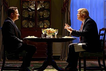 Jeff Daniels als James Comey (l) und Brendan Gleeson als Donald Trump in einer Szene von «The Comey Rule». Foto: Ben Mark Holzberg/CBS/Sky/dpa