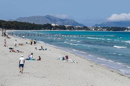 Auf Mallorca wie hier am Strand von Muro bleibt die Corona-Lage entspannt. Foto: Clara Margais/dpa