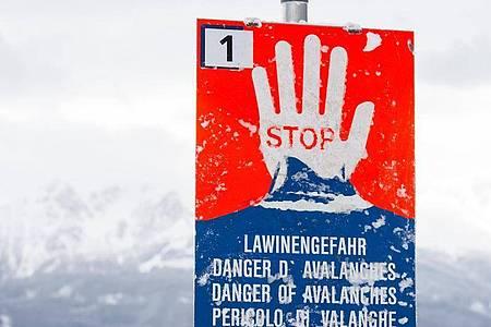 Das Symbolbild zeigt ein Lawinenwarnschild im österreichischen Tirol. Foto: Jakob Gruber/APA/dpa