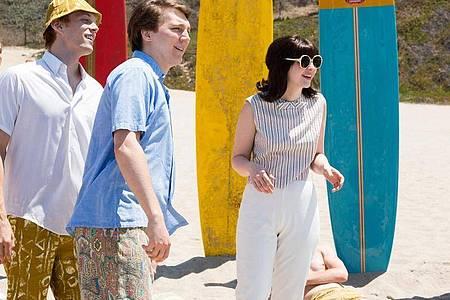Brian Wilson (vorn, Paul Dano) mit seiner ersten Frau Marilyn (Erin Darke) in einer Szene des Biopics «Love & Mercy». Foto: studiocanal Filmverleih/WDR/dpa