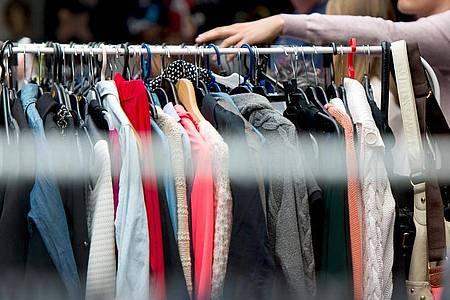 So besser nicht:Auch auf dem Flohmarkt sollten die Sachen auf einer Kleiderstange gut sortiert sein, damit sie ihre Abnehmer finden. Foto: Monika Skolimowska/dpa/dpa-tmn