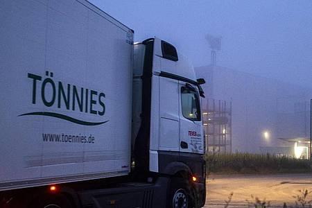 Ein Lastwagen fährt auf das Gelände des Fleischwerks Tönnies in Rheda-Wiedenbrück. Foto: David Inderlied/dpa