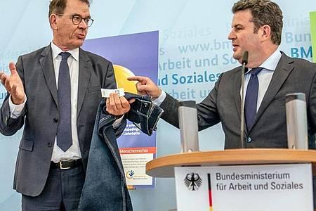 Arbeitsminsiter Heil (r) und Entwicklungsmminister Müller während einer Pressekonferenz zum Lieferkettengesetz in Berlin. Foto: Michael Kappeler/dpa