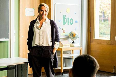 Fritzie (Tanja Wedhorn) vermittelt ihren Schülerinnen und Schülern im Fach Biologie auch Werte, vor allem Menschlichkeit und Naturschutz. Foto: Gordon Mühle/ZDF/dpa