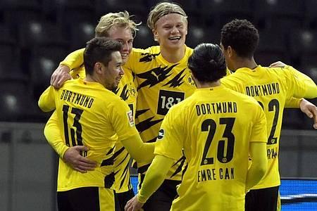 Erling Haaland (M) jubelt nach seinem Treffer zum 3:1 mit seinem Team. Foto: Soeren Stache/dpa-Zentralbild/dpa