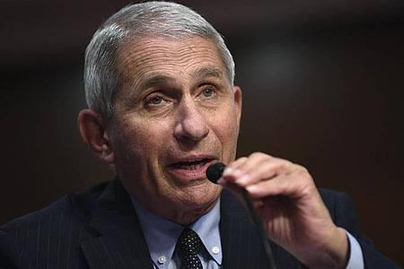 Gesundheitsexperte Anthony Fauci äußert sich weiterhin kritisch über die Entwicklung der Pandemie in den USA - und zieht damit seinerseits heftige Kritik auf sich. Foto: Kevin Dietsch/Pool UPI/AP/dpa