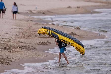 Vorteil aufblasbarer Kajaks: Sie lassen sich problemlos ans Ufer transportieren und dort zu voller Größe aufpumpen. Foto: Jens Büttner/dpa-Zentralbild/dpa