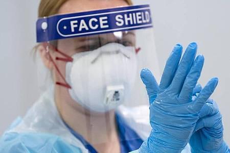 Eine Mitarbeiterin im Nightingale-Krankenhaus Nord-West in Manchester. Nach offiziellen Statistiken sind in Großbritannien inzwischen mehr mit dem Coronavirus infizierte Menschen gestorben als in irgendeinem anderem Land Europas. Foto: Jon Super/AP/dpa