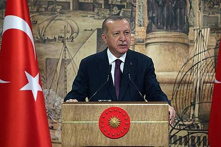 Recep Tayyip Erdogan spricht während einer Pressekonferenz. Im Erdgesstreit kritisiert Erdogan die Haltung Griechenlands als egoistisch und ungerechtfertigt und verurteilt Länder, die Athen unterstützen. Foto: -/Turkish Presidency/dpa/Archiv