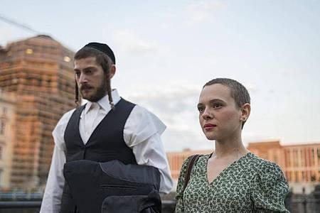 Shira Haas als Esther Shapiro in einer Szene der Serie «Unorthodox». Foto: Anika Molnar/Netflix/dpa