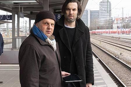 Anton Simhandl (l, Gerhard Wittmann) und Lukas Laim (Max Simonischek) verfolgen ein Handysignal. Foto: Michael Marhoffer/ZDF/dpa