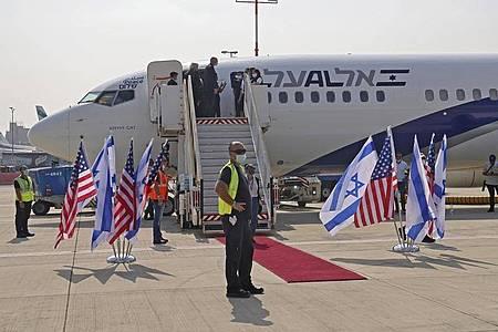 Die Maschine der israelischen Fluggesellschaft El Al vor dem Abflug nach Abu Dhabi auf dem Flughafen Ben Gurion. Foto: Menahem Kahana/Pool AFP/AP/dpa