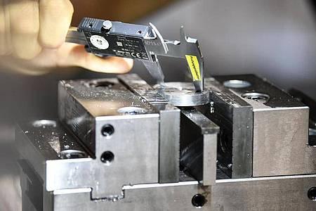 Es wird gebohrt, gefräst, gefeilt und dann kontrolliert:All das gehört zu den Grundlagen, die angehende Industriemechaniker in ihrer Ausbildung erlernen. Foto: Kirsten Neumann/dpa-tmn