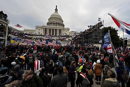 Anhänger von US-Präsident Donald Trump stürmen das US-Kapitolgebäude. Foto: Essdras M. Suarez/Zuma Press/dpa