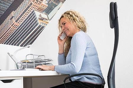 Telefonieren und nebenher E-Mails schreiben? Multitasking kann doppelte Arbeit zur Folge haben. Foto: Christin Klose/dpa-tmn