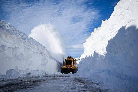 An der Grenze zwischen Chile und Argentinien musste Schnee geräumt werden. Foto: Marcos Maldonado/Agencia Uno/dpa