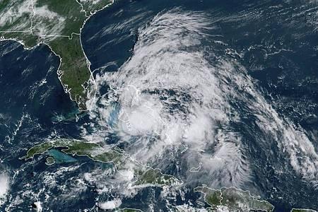 Eine Satellitenaufnahme zeigt Hurrikan «Isaias» über den Bahamas. Foto: NOAA/AP/dpa/Archiv