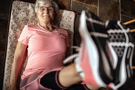 Erika Rischko hält sich fit - und ist inzwischen ein Turn-Internetstar. Foto: Ralph Matzerath/dpa