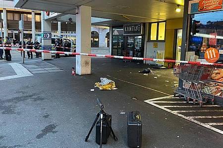 Abgesperrter Eingangsbereich des Supermarktes in Augsburg. Foto: Vifogra/Schmelzer/dpa