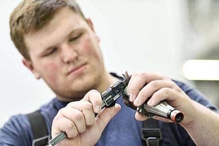 Mit einemMessschieber wird die Arbeit überprüft: Robin Stenzel muss in seiner Ausbildung zur Fachkraft Metalltechnik präzise arbeiten. Foto: Kirsten Neumann/dpa-tmn