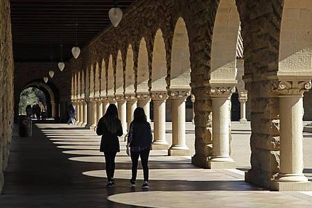Studenten gehen über den Campus der Stanford University (Symbol). Die US-Regierung blockt Visa für bestimmte Studenten und Forscher, um zu verhindern, «dass sie sensible Forschungsergebnisse stehlen». Foto: Ben Margot/AP/dpa