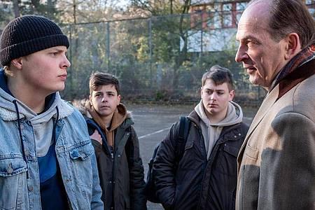 Onno Barkenthien (Elmo Anton Stratz) schikaniert seine Mitschüler. Markus Gellert (Herbert Knaup) stellt ihn auf dem Schulhof zur Rede. Foto: Boris Laewen/ARD/dpa