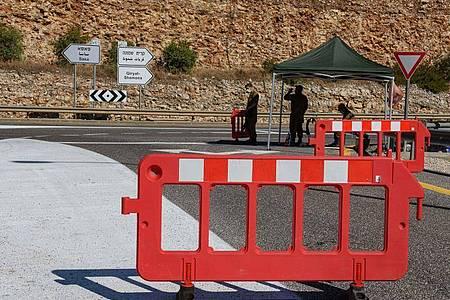 Zwei israelische Soldaten stehen an einem Kontrollpunkt nahe der Grenze zum Libanon. Foto: Ayal Margolin/JINI/XinHua/dpa