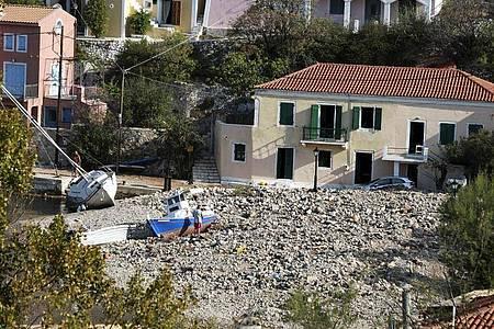 Mehr als 600 Menschen seien von Rettungskräften aus Wohnungen befreit oder anderweitig gerettet worden. Foto: Nikiforos Stamenis/AP/dpa