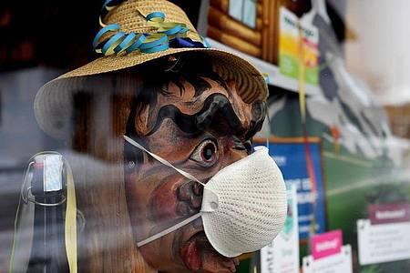 Im bayerischen Farchant heißt es Fasching im Fenster statt auf der Straße. Foto: Angelika Warmuth/dpa