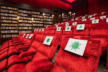 Gesperrte Sitze im im Kino Astor Grand Cinema in Hannover. Foto: Julian Stratenschulte/dpa