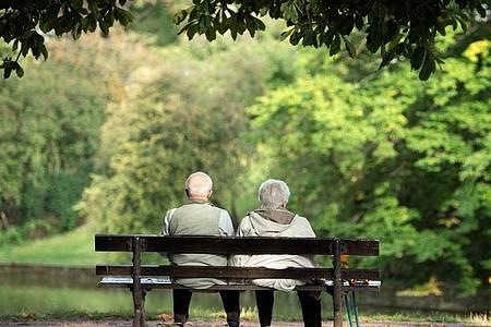 Zwei Rentner auf einer Bank in Dresden. Im Osten gibt es eine minimale Erhöhung der Rente. Foto: Sebastian Kahnert/dpa