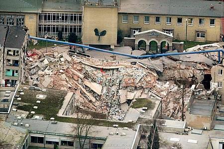 Trümmer liegen an der Stelle, an der sich zuvor das Kölner Stadtarchiv befand (2009). Foto: Oliver Berg/dpa
