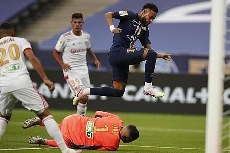 Lyon-Keeper Anthony Lopes ist vor PSG-Superstar Neymar am Ball. Foto: Francois Mori/AP/dpa