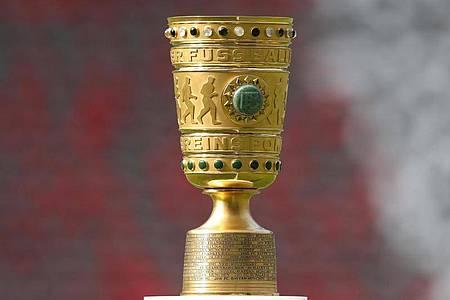 Für den Gewinner des DFB-Pokal-Wettbewerbs wartet als Belohnung diese Trophäe: der DFB-Pokal. Foto: Jan Woitas/zb/dpa