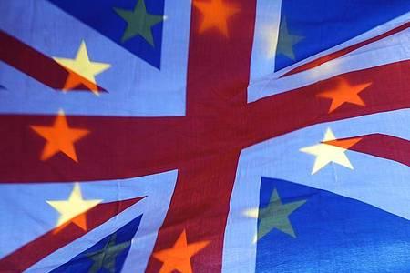 Die Sterne einer EU-Fahne scheinen durch eine britische Fahne hindurch. Foto: Yui Mok/PA Wire/dpa