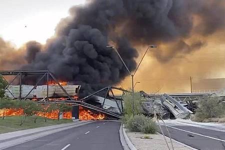 Starker Rauch steigt von einer brennenden Zugbrücke im US-Bundesstaat Arizona auf. Foto: Uncredited/Daniel Coronado/AP/dpa