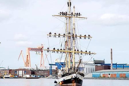 Das Schulschiff «Pelican of London» fährt in den Hafen von Emden ein. Foto: Hauke-Christian Dittrich/dpa